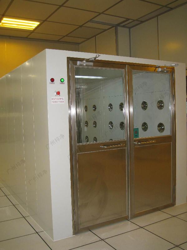 手拉双开门物料风淋室采用90度定位毕门器,方便物料进出。