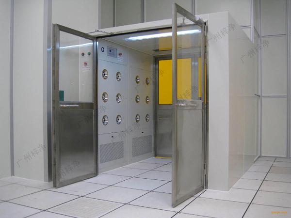 手拉双开门物料风淋室原理上和风淋室一样,主要用于洁净室与非洁净室之间的物料传递。