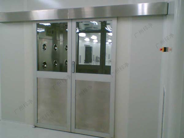 全自动门物料风淋室采用全自动控制,门向两边自动平移