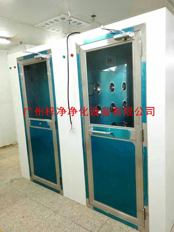 风淋室旁边做一个不吹风的且有互锁功能的缓冲间,方便入员从洁净室进入非洁净室。