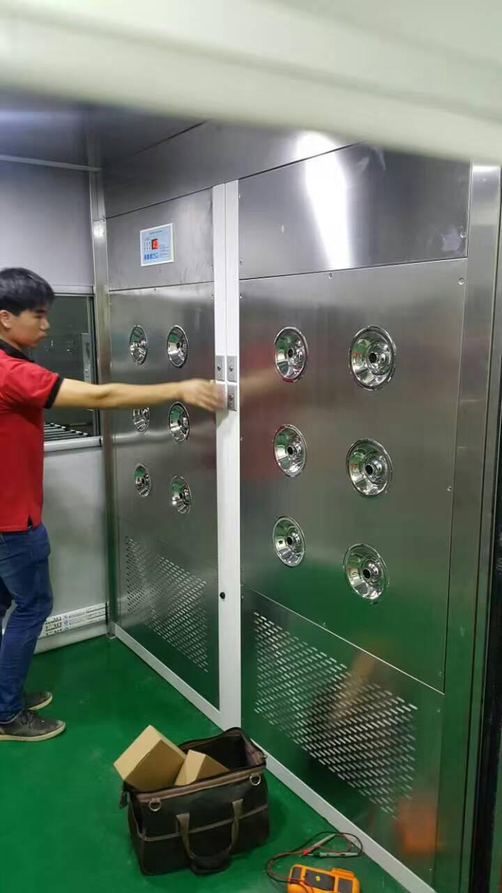 工作人员在安装调试风淋室