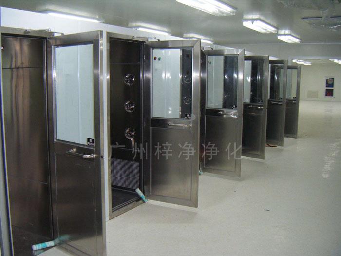 304不锈钢风淋通道是洁净厂房和配套洁净室的配套设备。