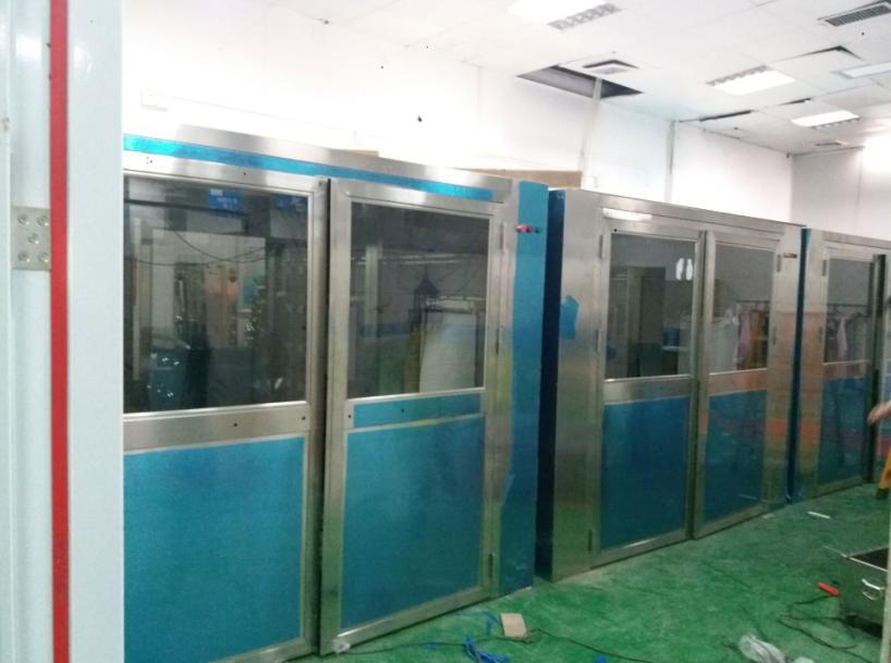 风淋室是人员进入洁净室无尘车间所必备的净化设备,通用性强,可与所有的洁净室和洁净厂房配套使用。