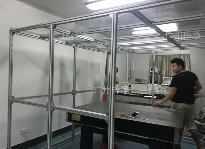 技术人员正在安装千级洁净棚