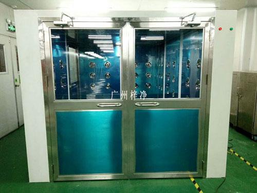 风淋室是人进入洁净室所必需的通道,它可以减少人进出洁净室所带来的污染问题。