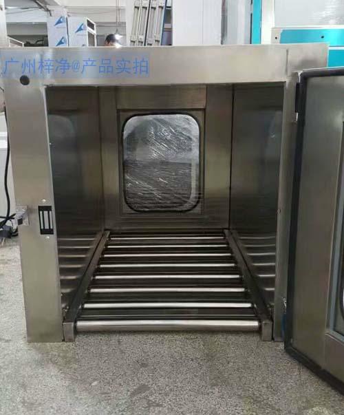 滚筒输送线传递窗是在传递窗底部安装不锈钢滚筒,方便物料传递。