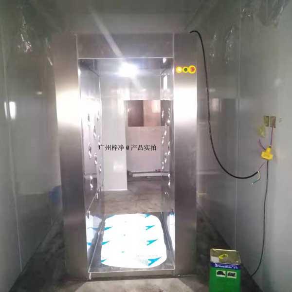 风淋室两侧侧厢固定之后,再将顶厢安装与两侧厢体连接