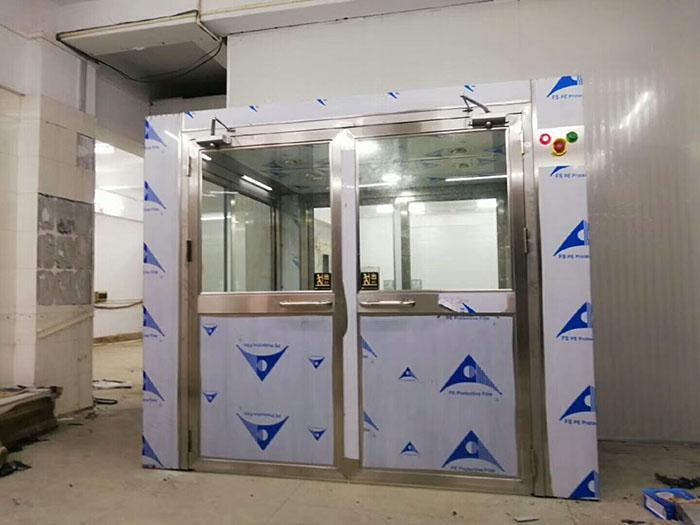货物风淋室产品正面图、生产制作车间实拍图